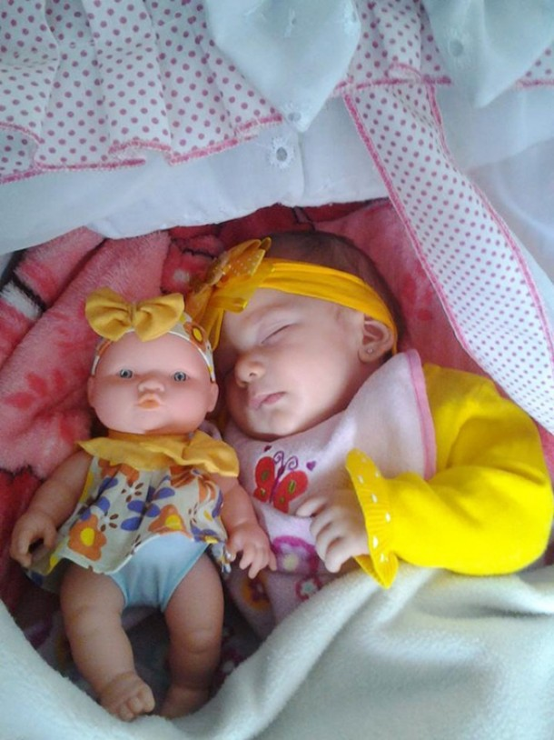 17552060-R3L8T8D-650-babies-and-look-alike-dolls-11__605