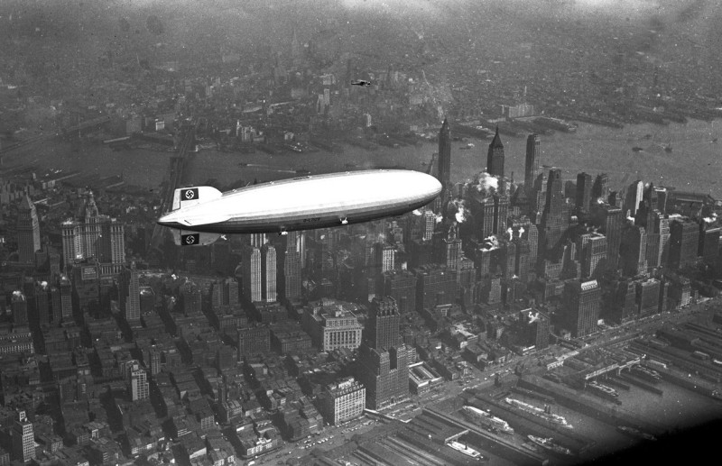 20. Немецкий аэроплан Гинденбург летает над Манхэттеном. 1936 год