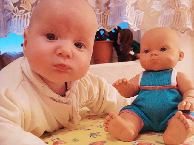 17548960-R3L8T8D-650-babies-and-look-alike-dolls-29__605